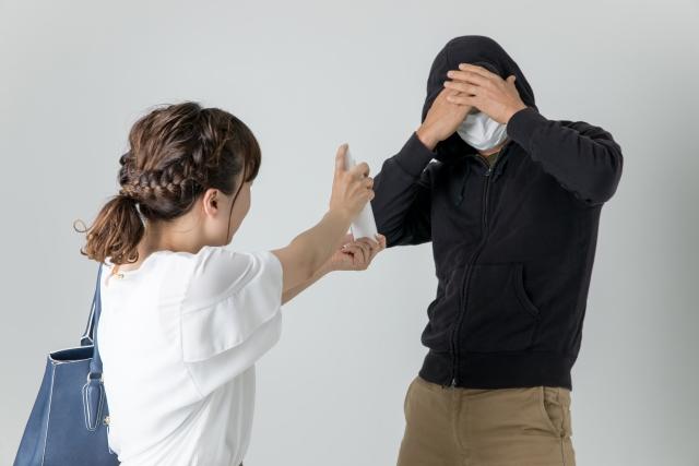 犯罪者に防犯スプレーをかける女性
