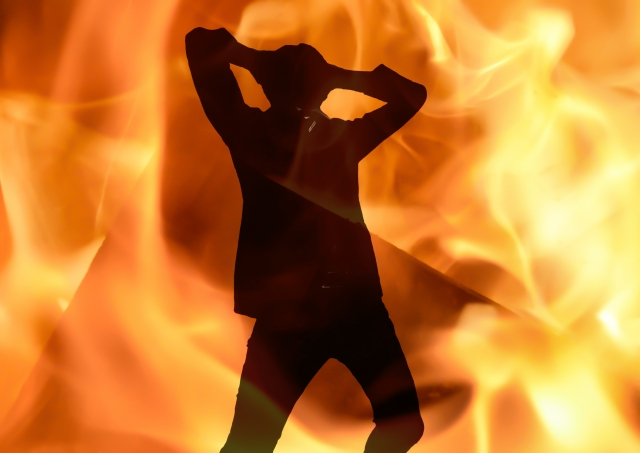炎上する男性シルエット