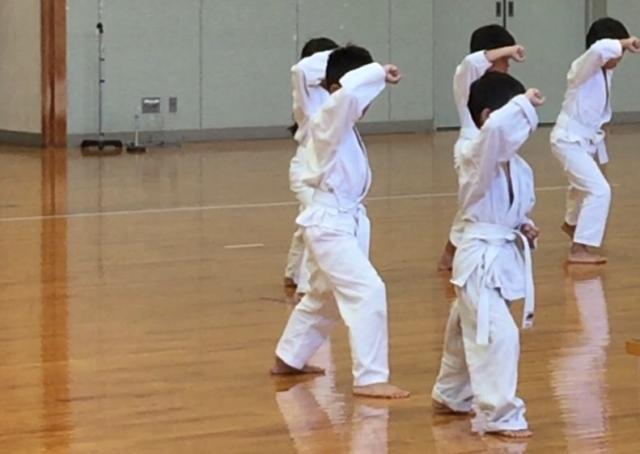 空手を練習する子供達