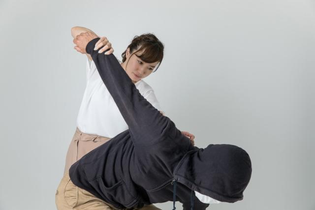 犯罪者をやっつける女性