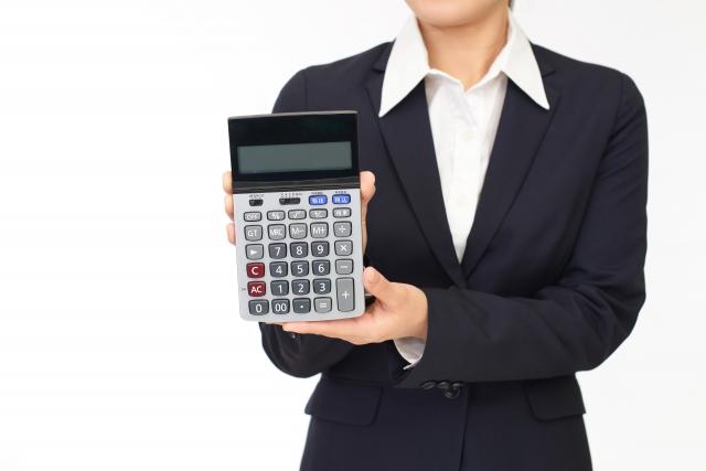 計算機を持つビジネスウーマン