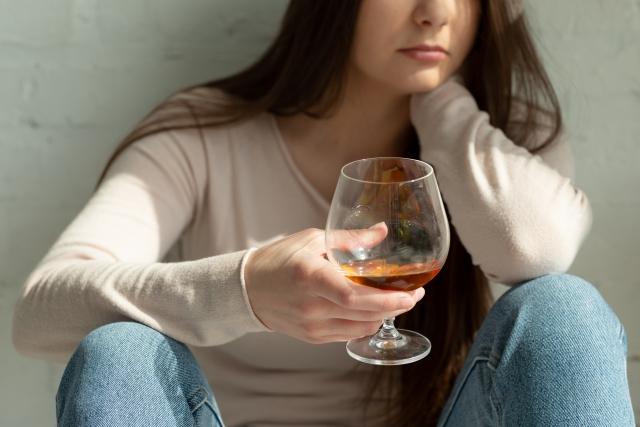 ブランデーグラスを持つ女性